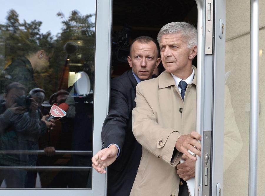 Prezes NBP Marek Belka wychodzi z prokuratury