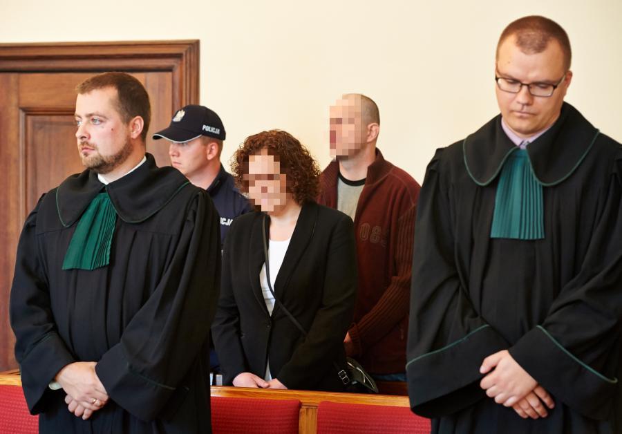 Oskarżeni, rodzice zastępczy Anna C. i Wiesław C. na sali sądowej podczas ogłoszenia wyroku