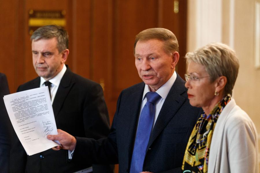 Nad zawarciem porozumienia czuwał były prezydent Ukrainy, Leonid Kuczma (w środku)