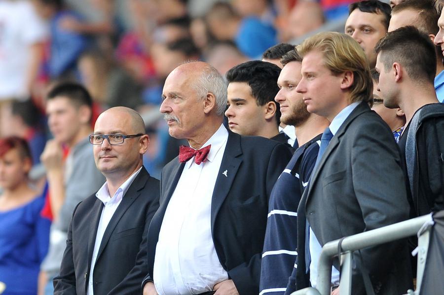 Kibic w muszce jest mniej awanturujący się. Korwin Mikke poszedł na mecz Piast - Legia