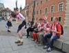 Szkoccy kibice piłki w tradycyjnych kiltach przed meczem Polska-Szkocja spędzają czas na Starym Mieście w Warszawie