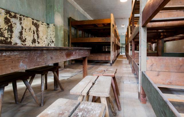 """Wnętrze udostępnionego dla zwiedzających, pierwszego z dwóch """"bloków rezerwatowych"""" w Muzeum Auschwitz w Oświęcimiu"""