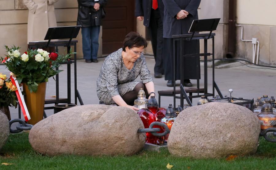 Ewa Kopacz na grobie księdza Jerzego Popiełuszki