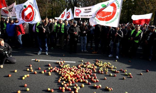 Sadownicy protestują. Wysypali jabłka przed Kancelarią Premiera. ZDJĘCIA