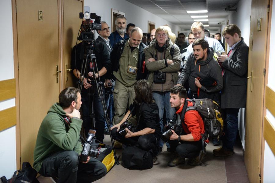 Dziennikarze na korytarzu sądu rejonowego w Warszawie czekają na proces dziennikarzy zatrzymanych przez policję w siedzibie PKW