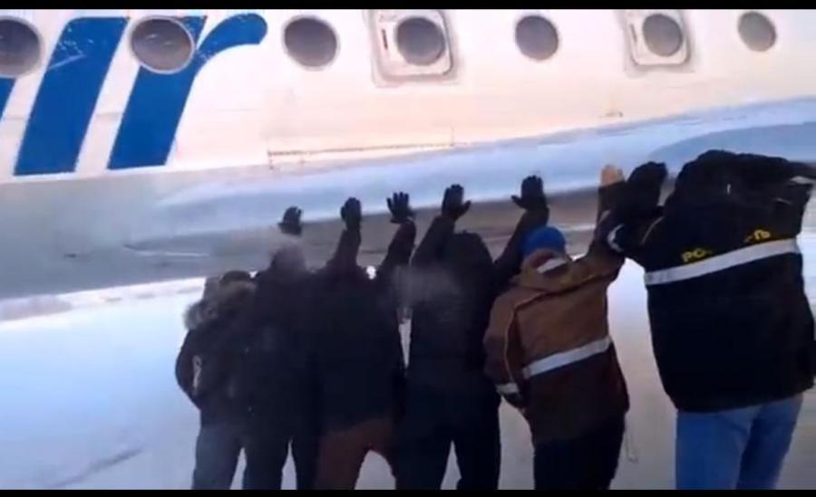 Pasażeowie pchają samolot - fragment filmu z lotniska w miejscowości Igarka