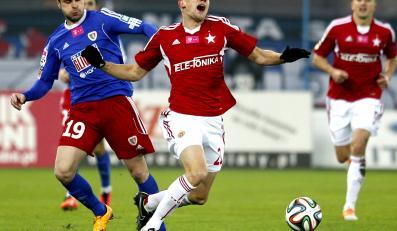 Po interwencji Piotra Brożka (L) z miejscowego Piasta na murawę pada Łukasz Burliga (P) z Wisły Kraków w meczu T-Mobile Ekstraklasy