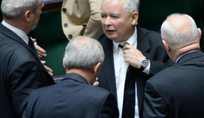 Prezes PiS Jarosław Kaczyński w otoczeniu polityków partii w Sejmie