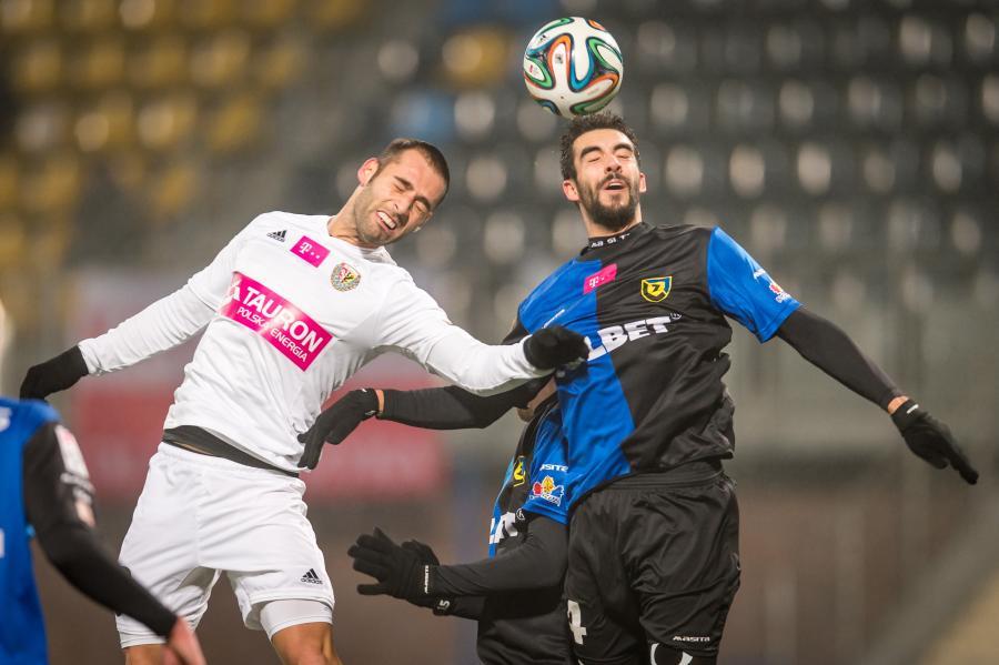 W wyskoku do górnej piłki Andre Micael Pereira (P) z miejscowej Zawiszy i Marco Paixao (L) ze Śląska Wrocław w meczu T-Mobile Ekstraklasy