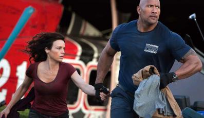 "Carla Gugino i Dwayne Johnson w filmie ""San Andreas"""