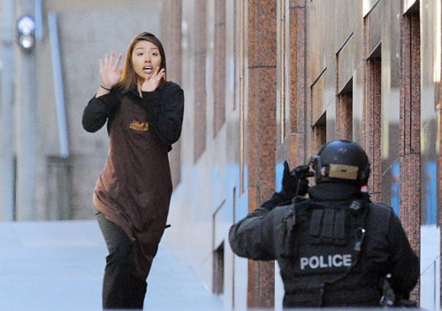 Zakładniczka ucieka z baru w Sydney zaatakowanego przez terrorystę