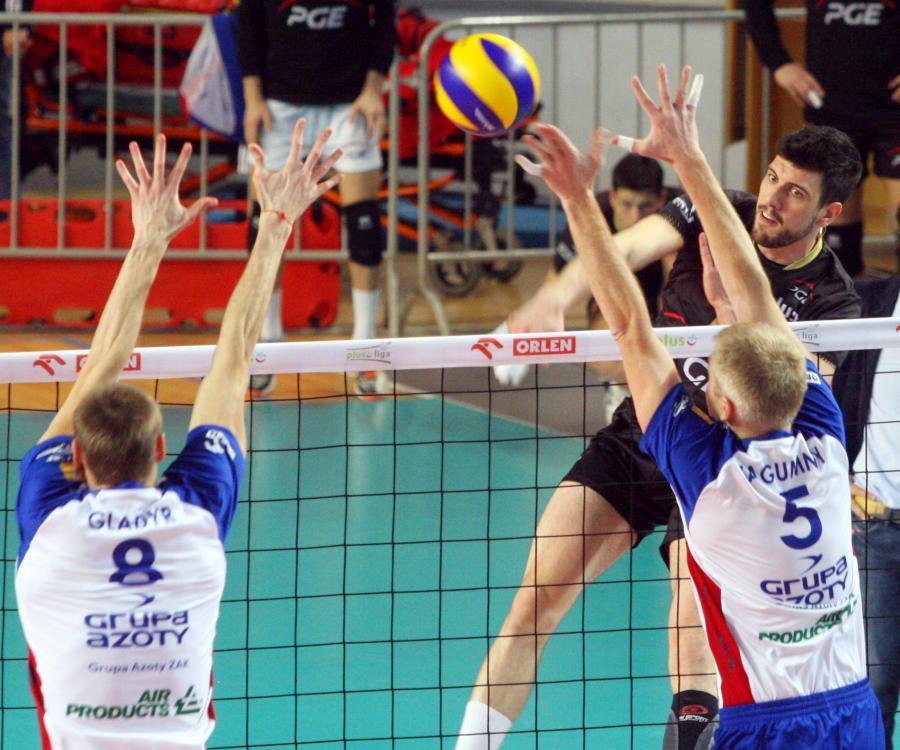 Piłkę zbija atakujący po drugiej stronie siatki Facundo Conte z PGE Skra Bełchatów, blokują Jurij Gladyr (L) i Paweł Zagumny (P) z miejscowej ZAKSY