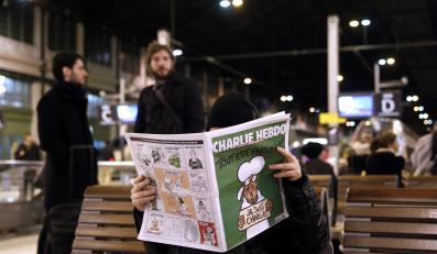 """Mężczyzna czyta """"Charlie Hebdo"""""""