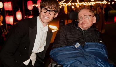 Eddie Redmayne i Stephen Hawking, który pociesza fanki One Direction