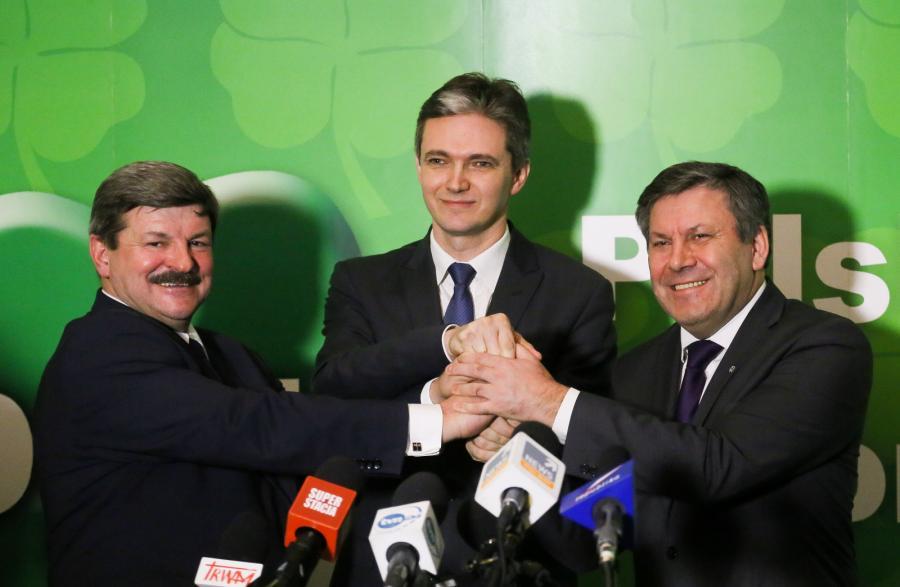 Kandydat PSL na prezydenta Adam Jarubas (C), przewodniczący RN PSL Jarosław Kalinowski (L) i prezes PSL, wicepremier i minister gospodarki Janusz Piechociński (P)