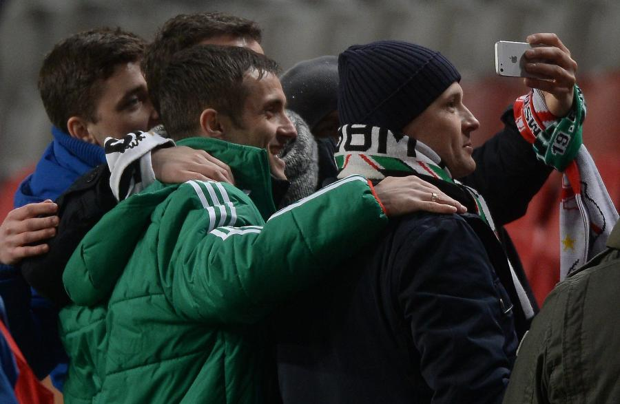 Zawodnik Legii Warszawa Miroslav Radović pozuje do zdjęć z kibicami przed meczem z AFC Ajax Amsteradam w 1/16 finału Ligi Europejskiej