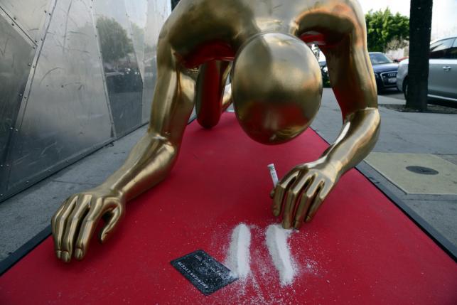 Oscar wciąga kokainową kreskę
