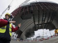 Nowa osłona nad zniszczonym reaktorem w Czarnobylu. ZDJĘCIA z budowy