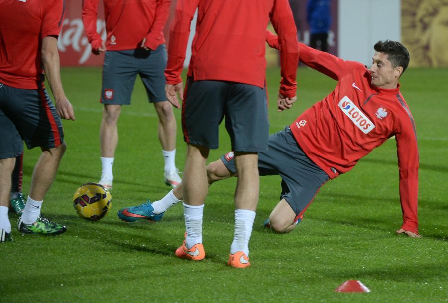 Robert Lewandowski (P) podczas treningu piłkarskiej reprezentacji Polski w Warszawie