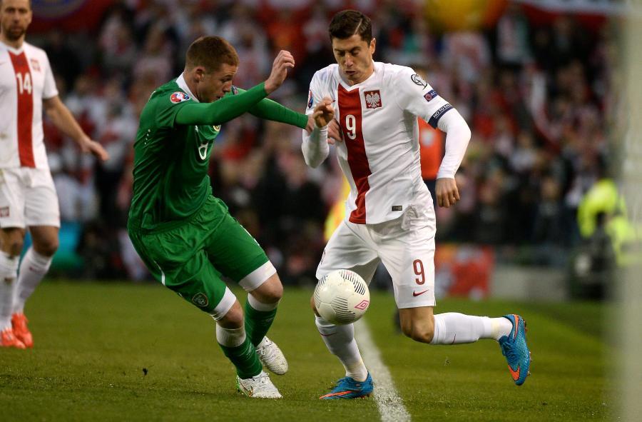 Robert Lewandowski walczy o piłkę z Irlandczykiem Jamesem McCarthy\'m podczas meczu eliminacyjnego mistrzostw Europy w Dublinie