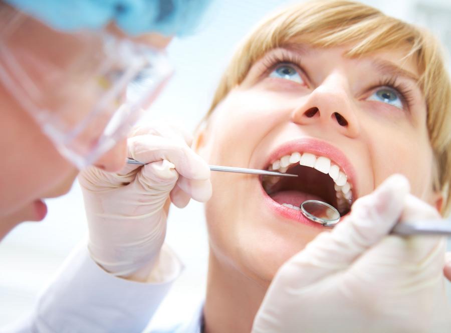 1. Bóle zębów mogą nasilać się podczas miesiączki - PRAWDA