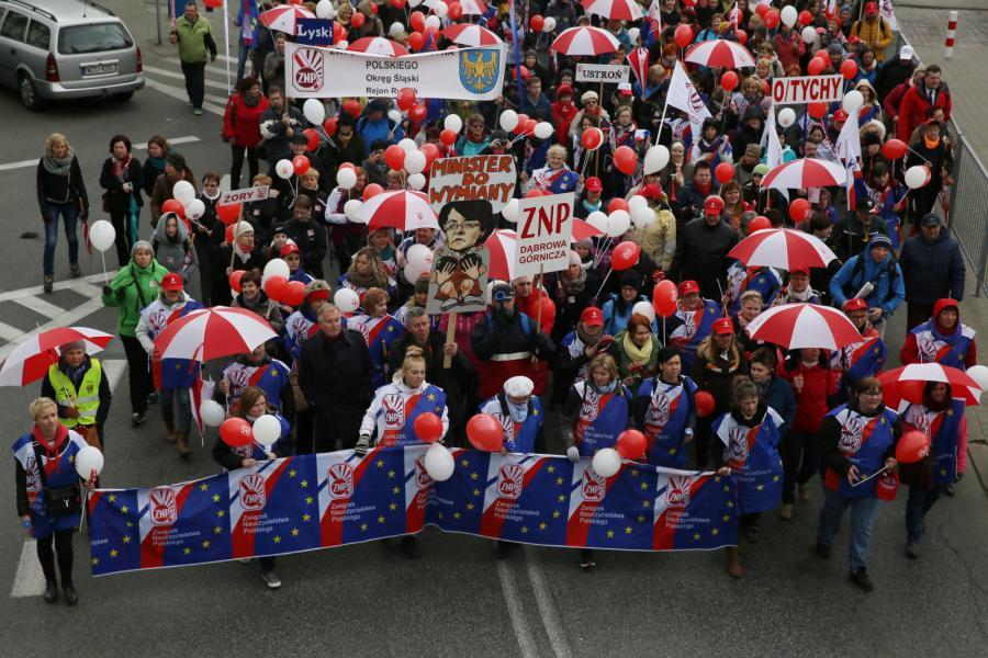 Uczestnicy demonstracji organizowanej przez Związek Nauczycielstwa Polskiego