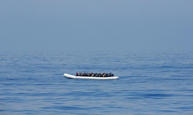 Imigranci płyną do Europy na takich pontonach i tratwach. ZDJĘCIA