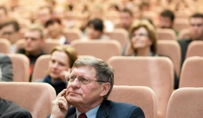 Prof. Leszek Balcerowicz podczas wykladu dla studentow UWM