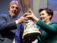 Trofeum Ligi Europy w rękach prezydent Warszawy Hanny Gronkiewicz-Waltz. ZDJĘCIA