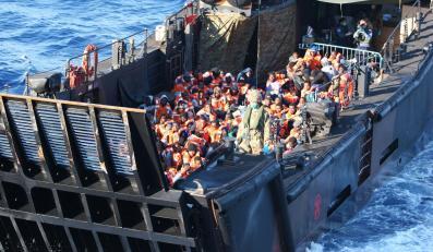 Brytyjski okręt Bulwark z uchodźcami z Afryki na pokładzie