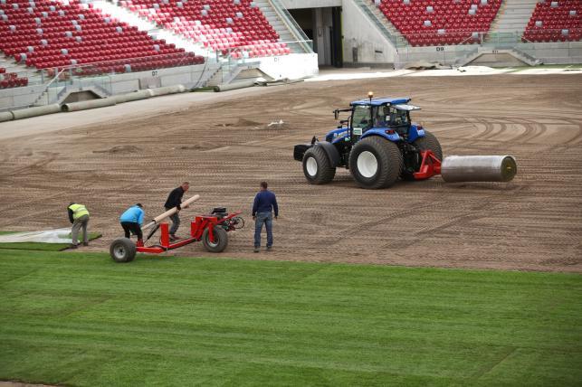 Układają trawę na Stadionie Narodowym. Czy znów grozi nam kompromitacja na oczach świata?