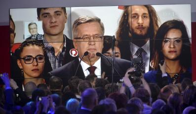 Bronisław Komorowski (na telebimie) w sztabie wyborczym Andrzeja Dudy w Warszawie
