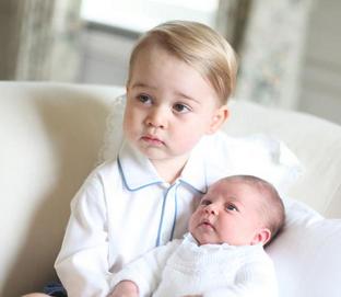 Pałac Kensington opublikował na Twitterze cztery zdjęcia księcia Jerzego z nowo narodzoną siostrą- księżniczką Charlotte