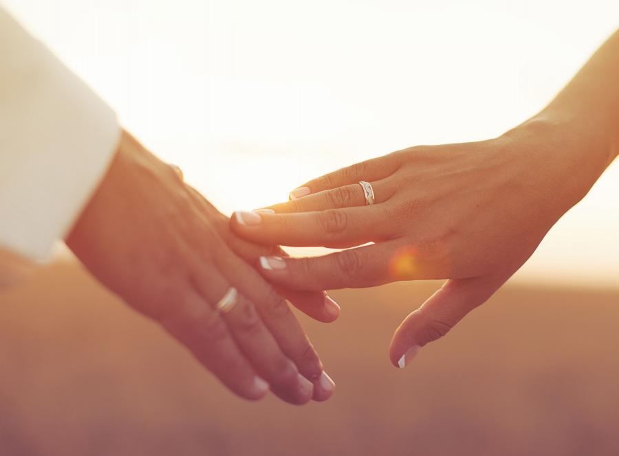 Małżonkowie trzymają się za dłonie
