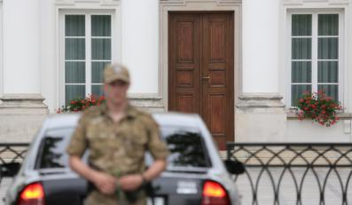 Samochód z premier Ewą Kopacz wjeżdża na teren Belwederu