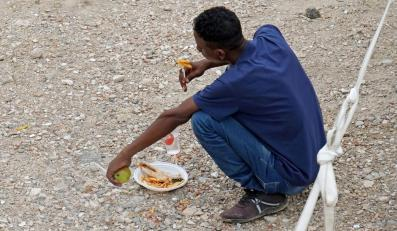 Uchodźca w placówce Czerwonego Krzyża na terenie Włoch