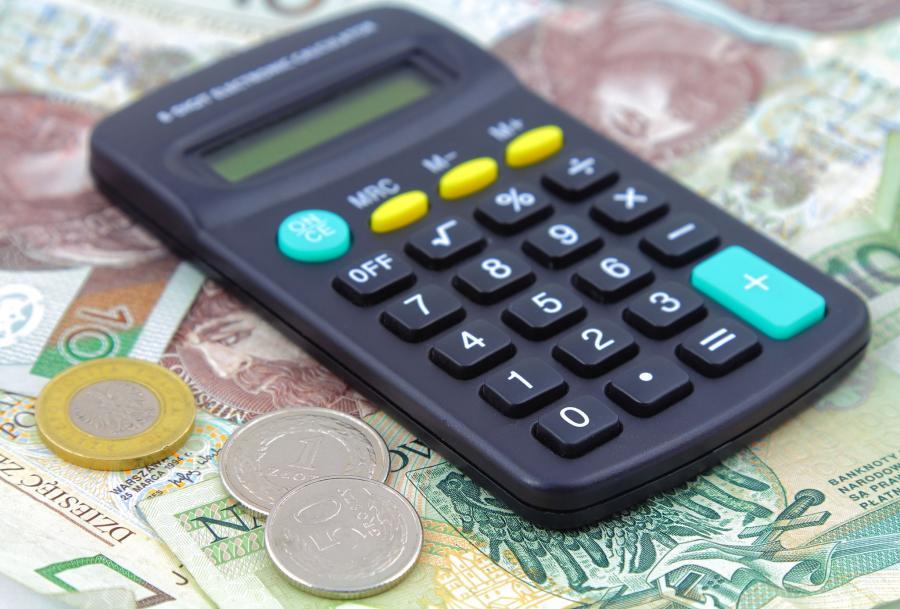 Kalkulator leżący na banknotach