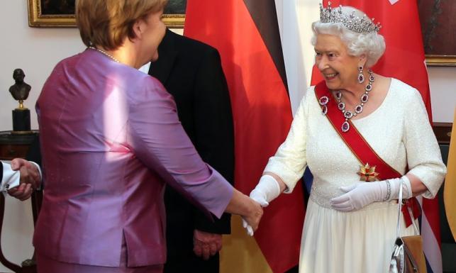 Angela Merkel podejmowała królową w stroju rodem z wiejskiego wesela