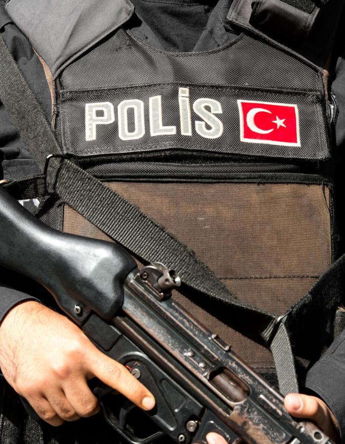 Turecki uzbrojony policjant