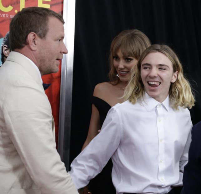 Guy Ritchie z synem Rocco na premierze