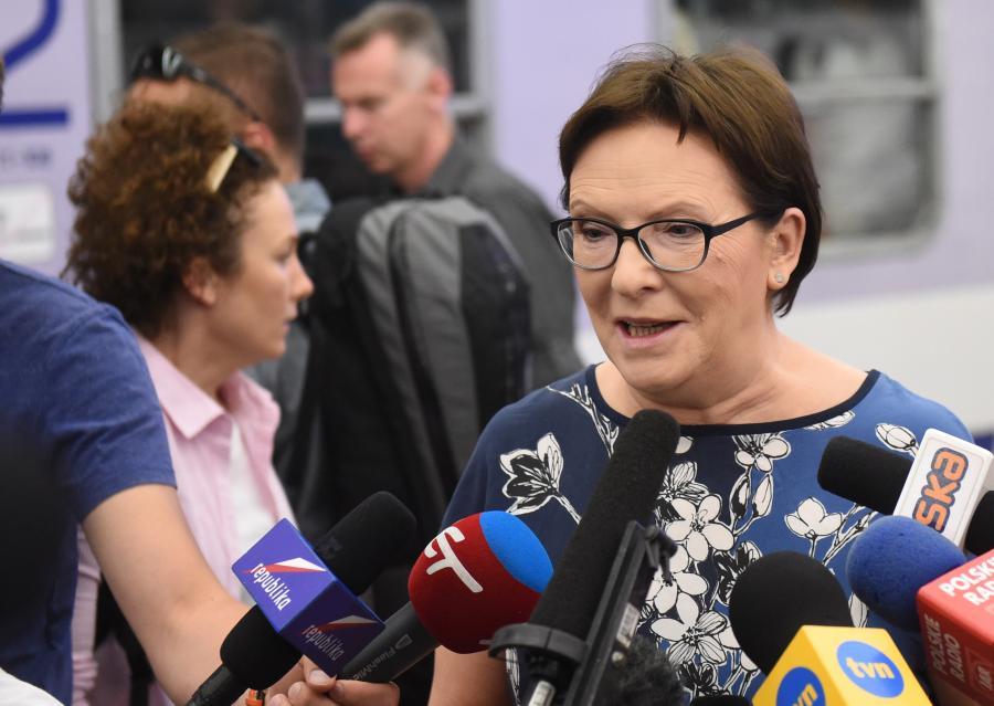 Ewa Kopacz na dworcu