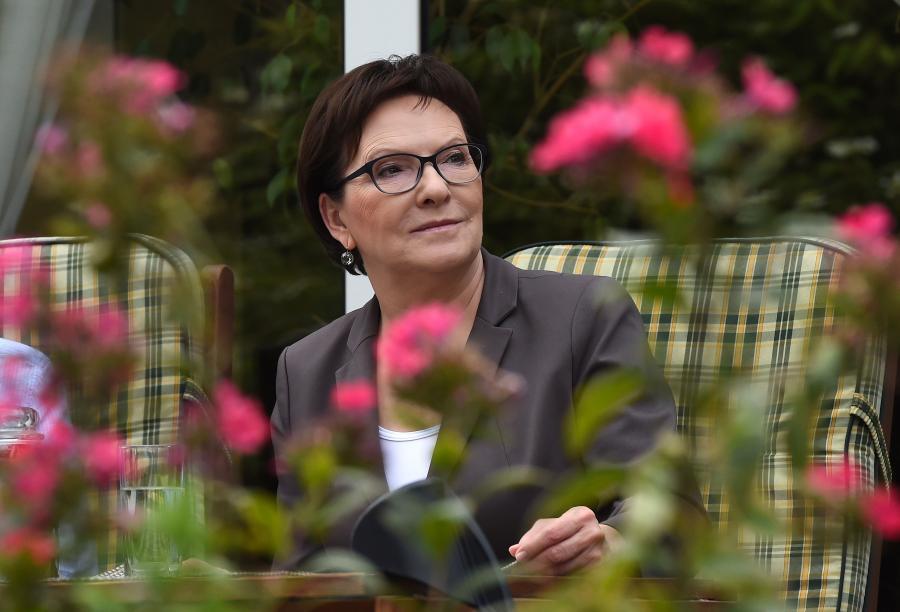 Premier Ewa Kopacz podczas spotkania z Ewą, Mieczysławem i Jackiem Skołożyńskimi w ich domu w Warszawie w ramach akcji \