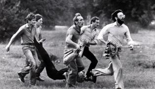 Fotografia-symbol krwawej pacyfikacji demonstracji solidarnościowej w Lubinie z 31 sierpnia 1982 roku. Postrzelony w głowę, umierający Michał Adamowicz, niesiony przez kolegów