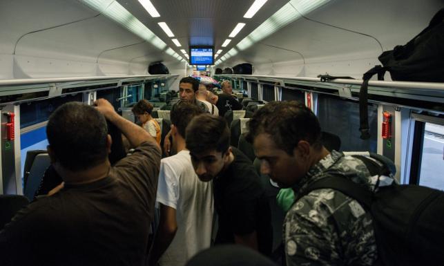 Pociąg z imigrantami zatrzymany na granicy austriacko-węgierskiej. Zobacz ZDJĘCIA