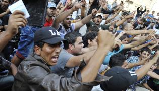 Uchodźcy przed dworcem w Budapeszcie