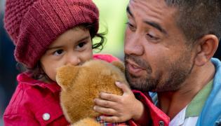 Uchodźcy z Afganistanu, Hadisa i jej tata, czekają na autobus na dworcu w Monachium