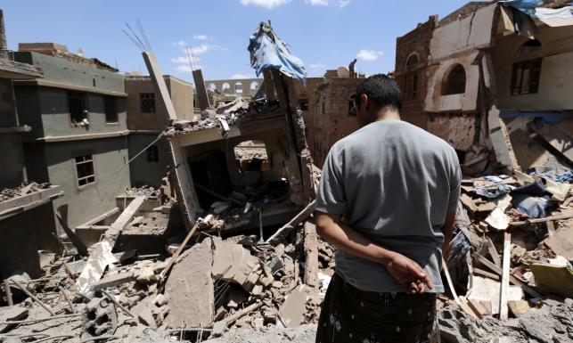 Arabskie naloty na zbuntowane starożytne miasto Sana. Budynki legły w gruzach