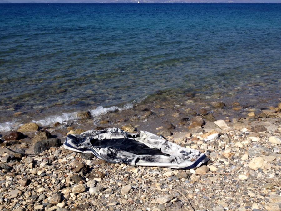 Przedziurawiony ponton na brzegu wyspy Kos