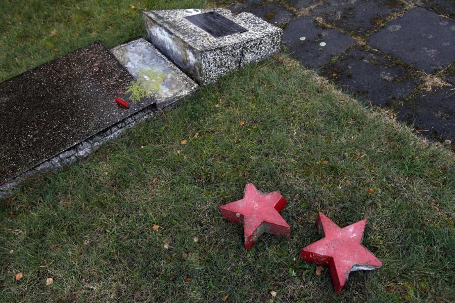 Nieznani sprawcy zdewastowali wszystkie nagrobki, rozbijając umieszczone na nich czerwone gwiazdy
