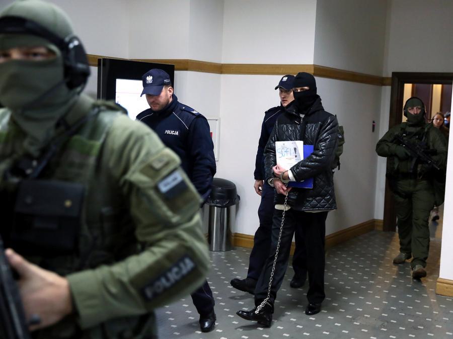 Oskarżony Igor M. w drodze na rozprawę przed Sądem Okręgowym w Warszawie